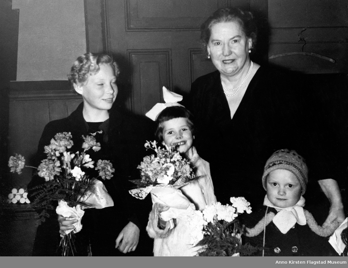 Etter konsert i Romedal kirke 19. mars 1957. Fra venstre: Anne-Guri Bretten, Randi Skarpaas, Kirsten Flagstad og Inger Marthe Bretten. After concert in Romedal church 19 March 1957.
