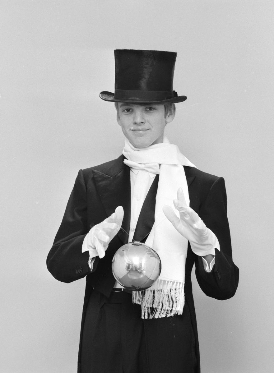 Pedersen, Henning. Portrett, tryllekunstner.