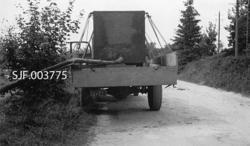I-registrert lastebil med rektangulær vanntank, lagd av klin