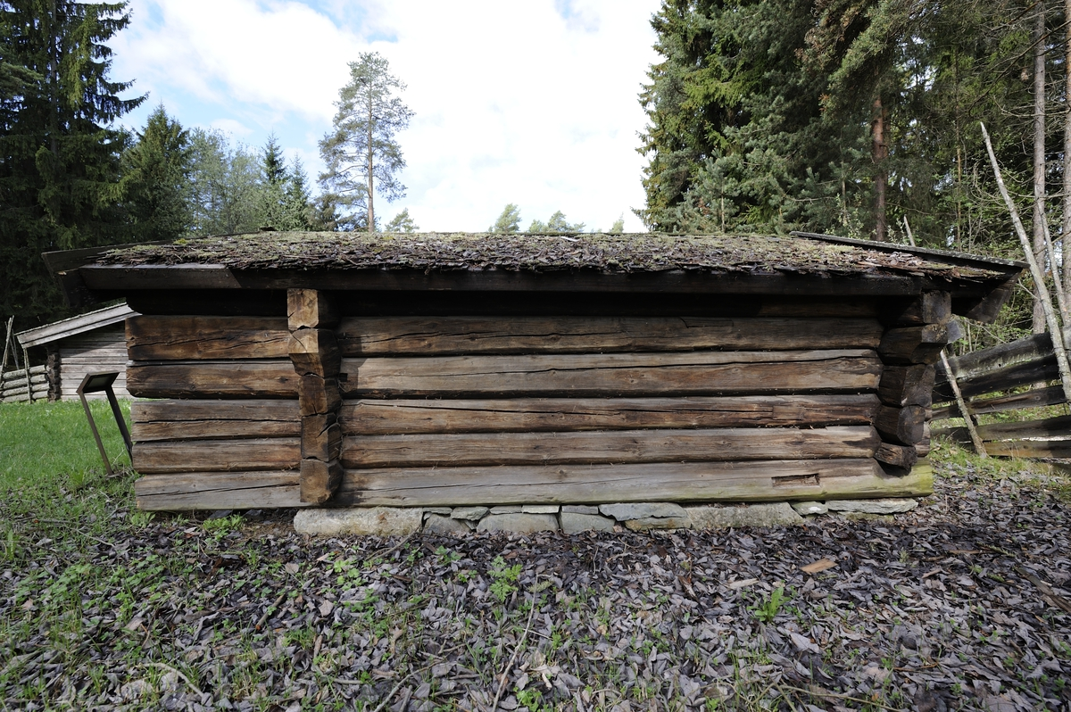 Klavstadmelkebua er laftet. Den har saltak tekket med flis. Bygningen hviler på en syllmur. Inngangsdøra er i gavlveggen. Her er langveggene og taket trukket fra slik at de danner en skut som gir ly for vær og vind. Langs tre av veggene er det dobbelte rekker av rajer som tjener som hyller for setermaten.