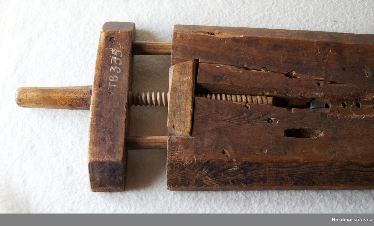 """Benken er beskriven på bloggen """"Høvelbenk""""  https://hyvelbenk.wordpress.com/2015/02/25/. Benken er laga av ei trefjøl. Forma som eit langstrekt trapes. Skrue i eine enden, mange hol for eit jarn til å feste staven som skal høvlast, mot. Utan bein. Svakt dekorert med sirklar."""