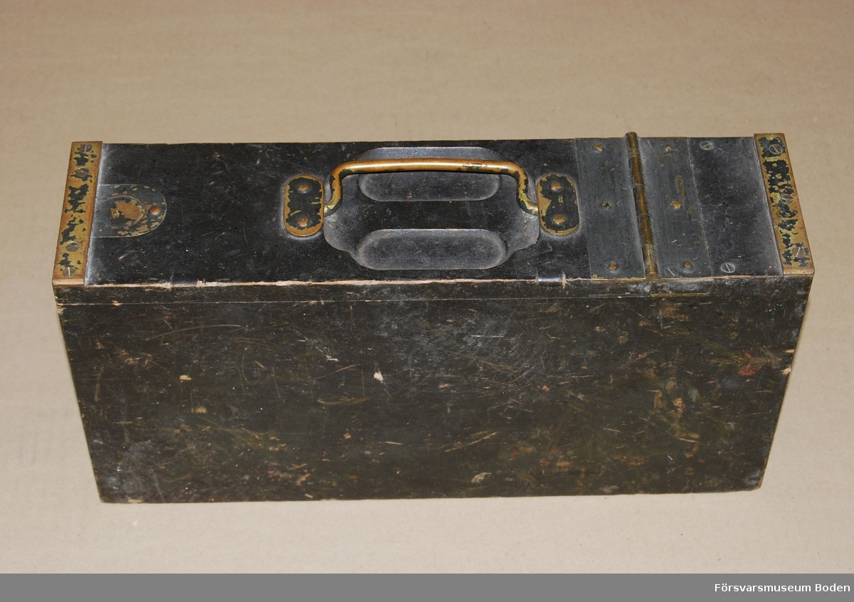 Låda av trä innehållande band för 250 patroner till kulspruta m/1914. Beslag och skoningar av mässing.