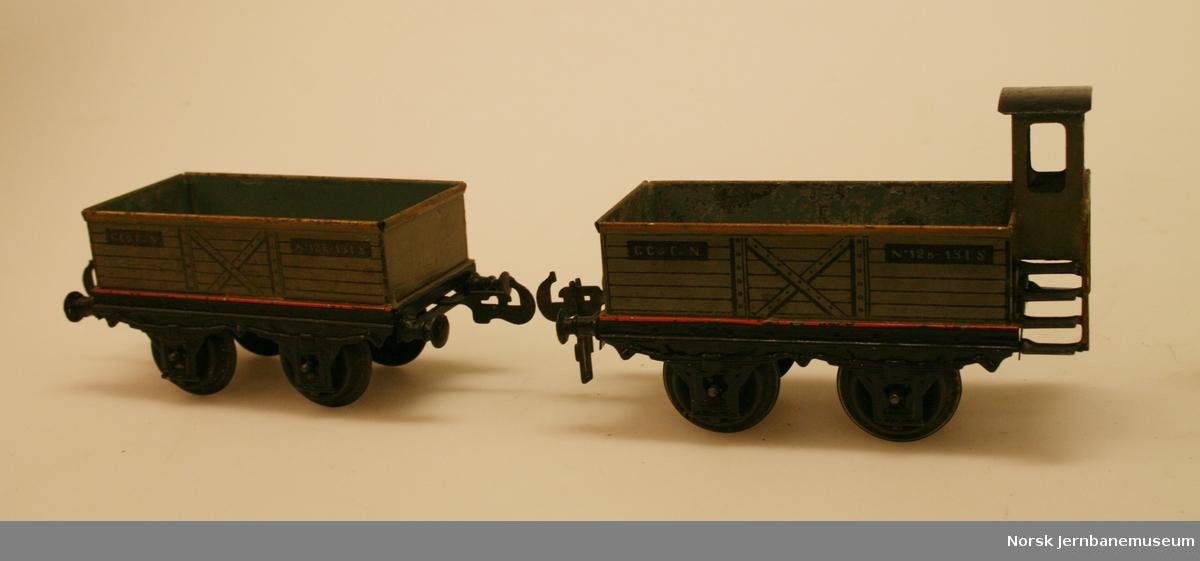 2 åpne godsvogner i spor 1, den ene med høyt bremsehus