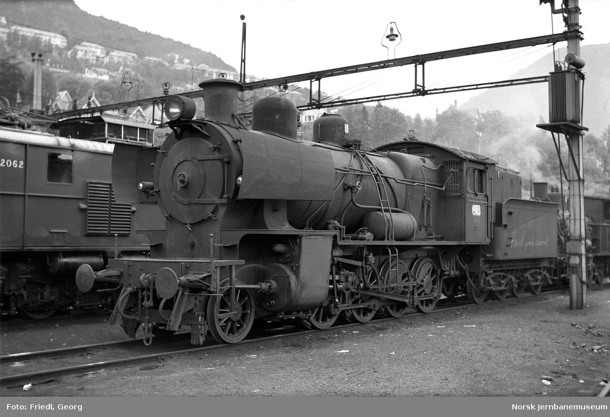Damplokomotiv type 28b nr. 151 på Bergen stasjon like før opphugging