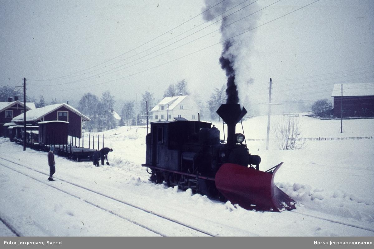 Damplokomotiv nr. 5 i godstog 5661 skifter på Hornnes stasjon