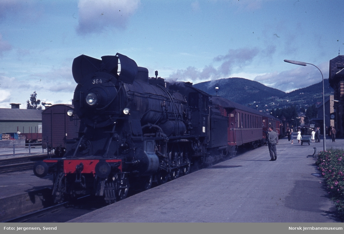 NSB damplok type 30b nr. 364 med persontog på Lillehammer stasjon