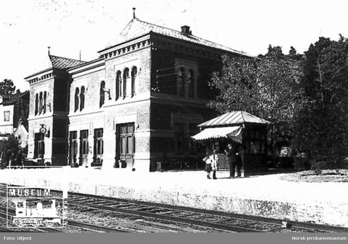 Brevik stasjon med stasjonsbygning og kiosk