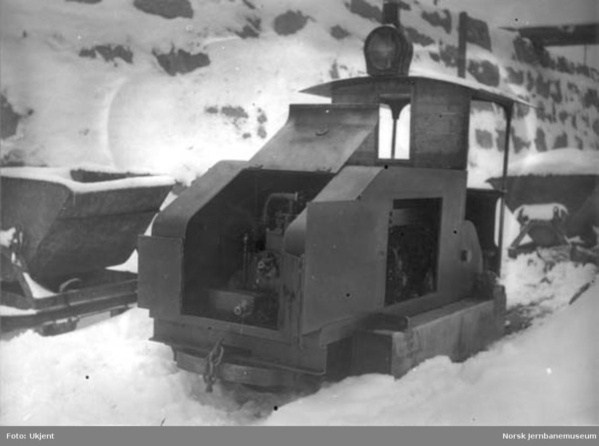 Hovedbanens smalsporede bensinlokomotiv i godstogssporets skjæring nedenfor Bryn