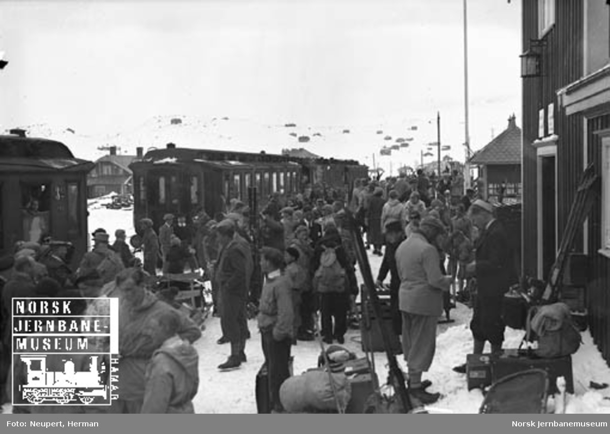 Persontog og skiturister på Ustaoset stasjon