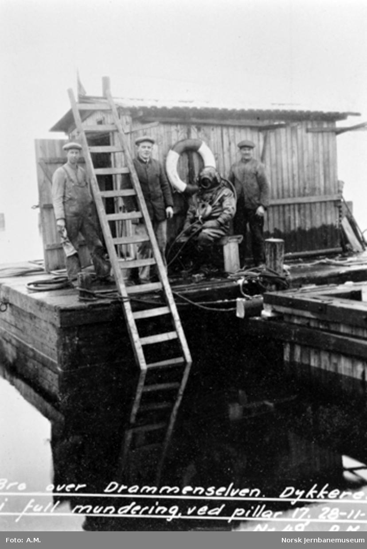 Bru over Drammenselva : Dykker og medhjelpere ved pillar 17