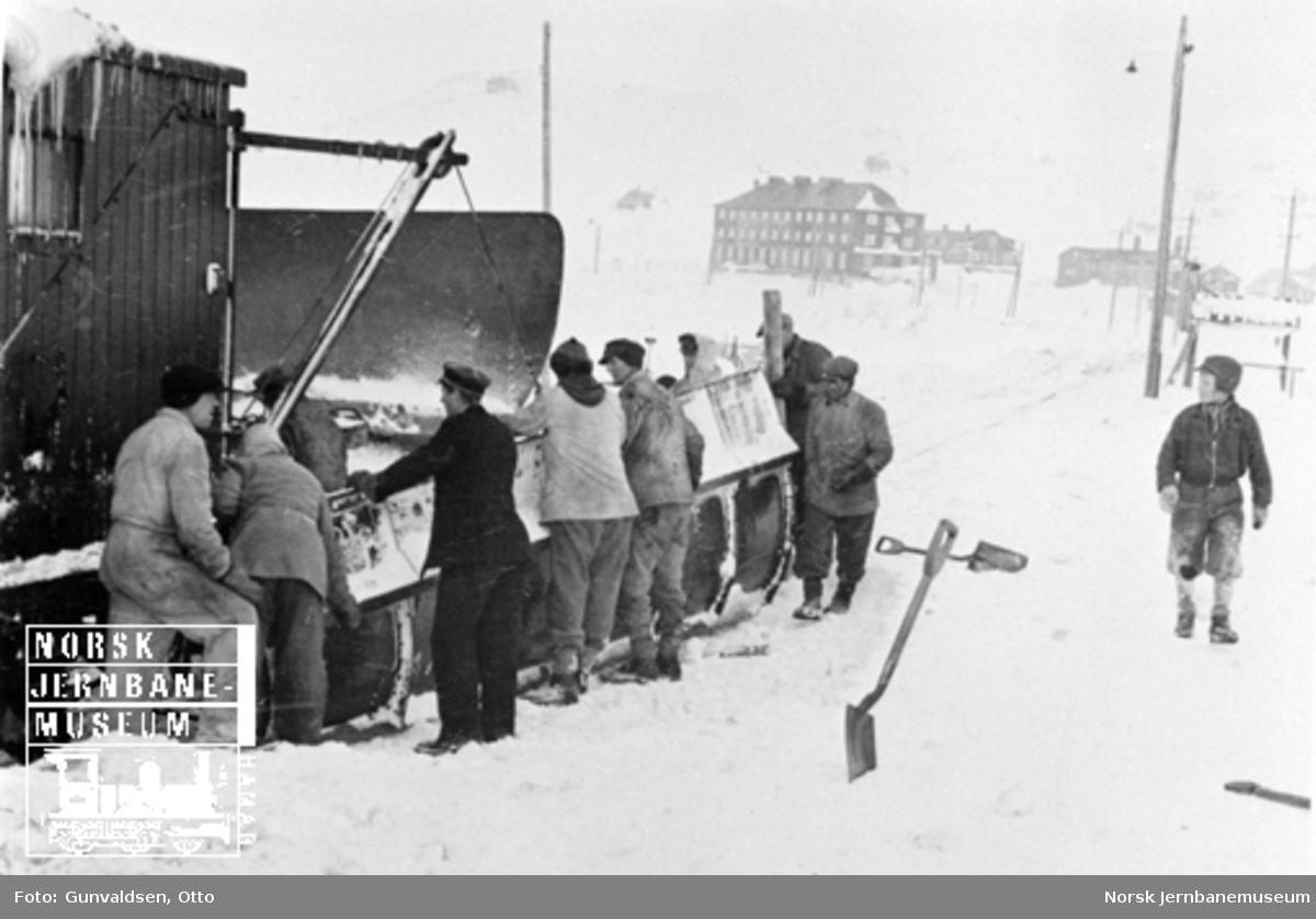 Snøskrape og snøryddingsmannskap på stasjonsområdet på Ustaoset