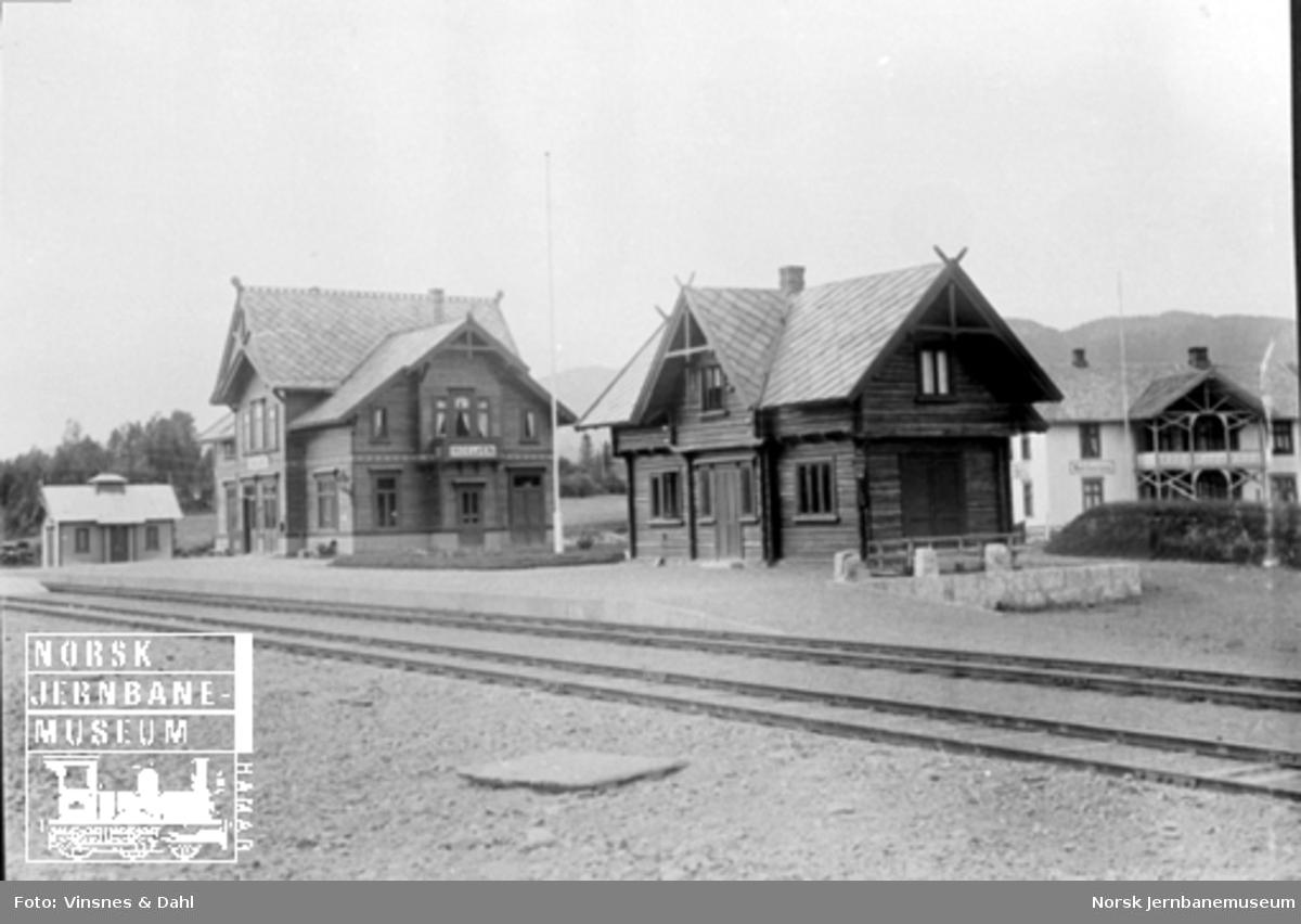 Moelv stasjon med privet, stasjonsbygning og godshus