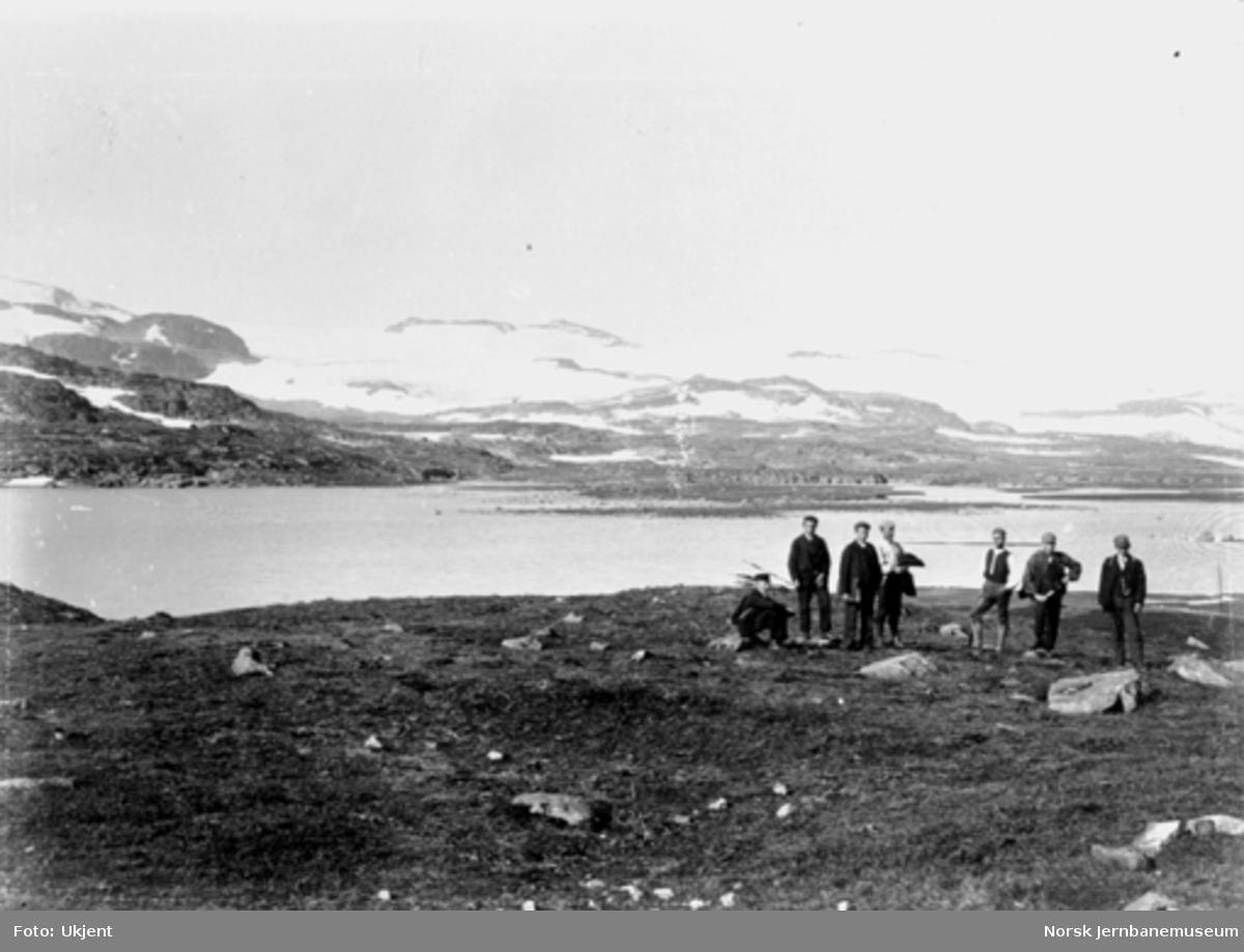Bergensbanens anlegg; utsikt mot Hardangerjøkulen fra Finsedalen, stikkingspersonale i forgrunnen