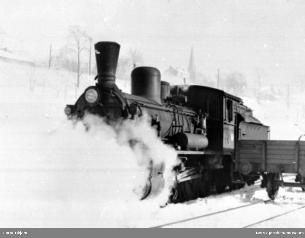 Vinterbilde med damplokomotiv type 18c nr. 134 under damp i Lodalen