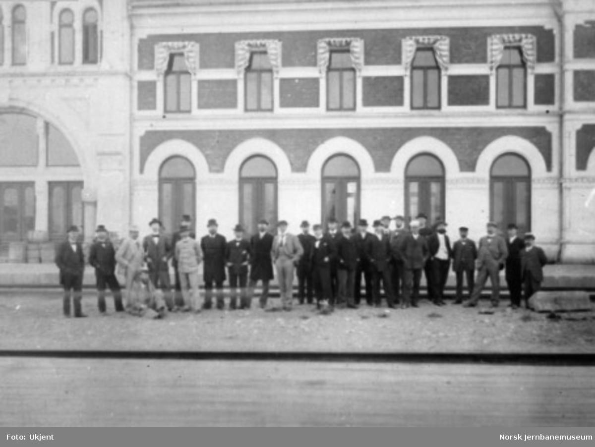 En gruppe - J.T.F.-generalforsamling? - fotografert foran Hamar stasjonsbygning