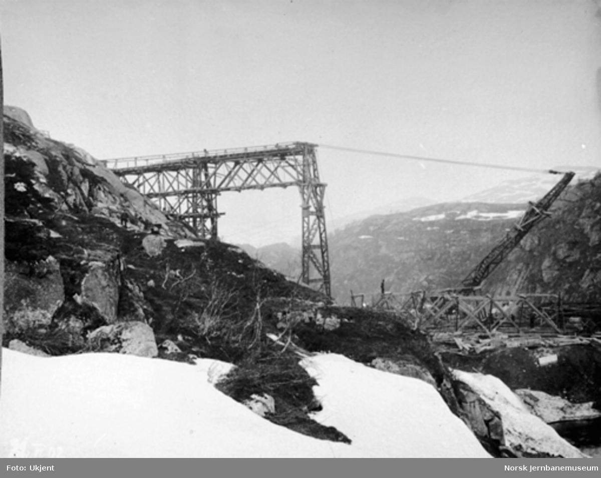 Byggingen av Norddalsbrua : Stillasspennet på plass og med 3. pillar fra sør under oppheising