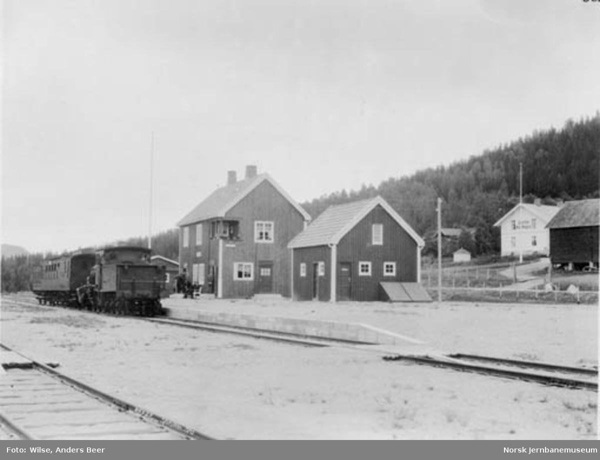 Tog på Sperillen stasjon med damplok type 21, en CFo-vogn og en karet