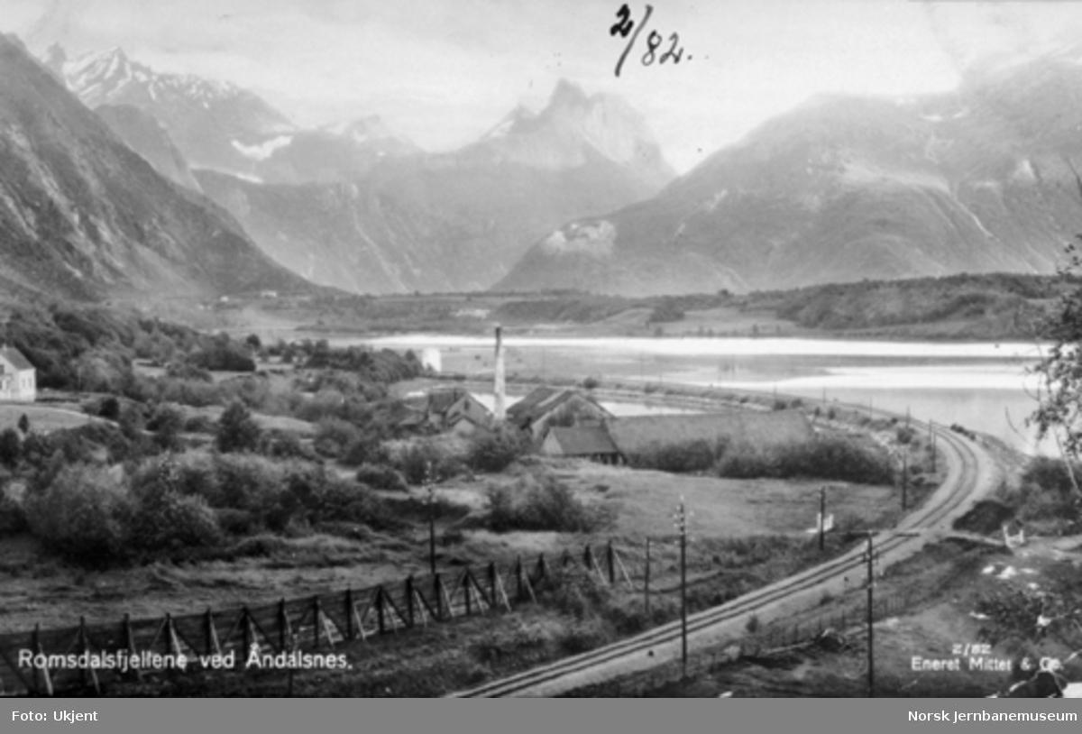 Parti fra Åndalsnes med jernbanen i forgrunnen og Romsdalsfjellene i bakgrunnen
