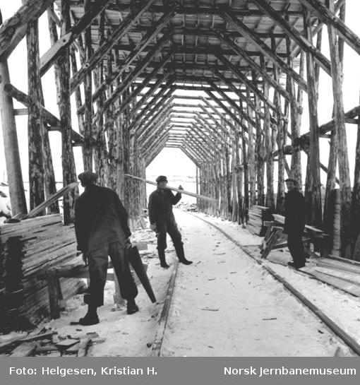 Tre menn i gang med bygging av snøoverbygg ved Stokkalia
