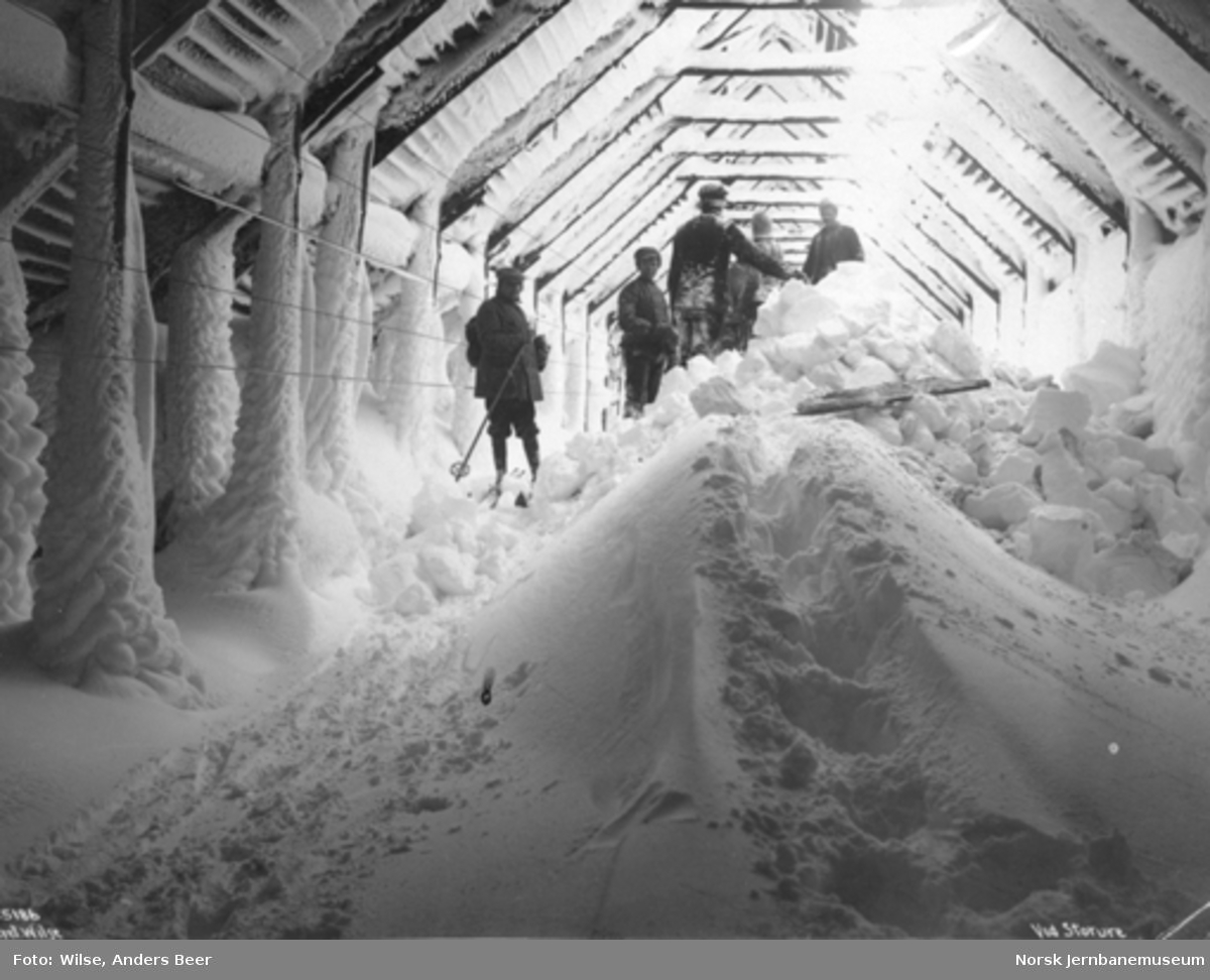 Snøblokade; ryddemannskaper inne i et snøoverbygg ved Storurdi
