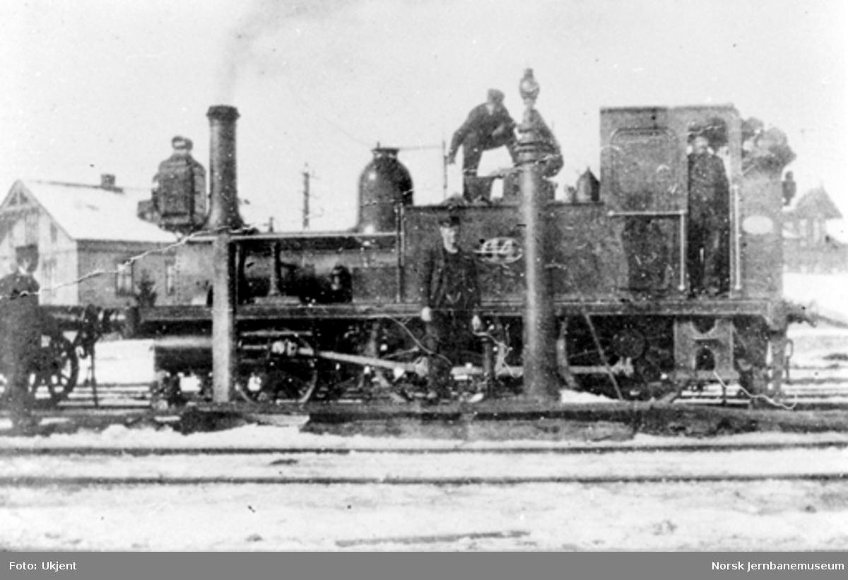 Damplokomotiv type 1a nr. 14 tar vann på Lillestrøm stasjon