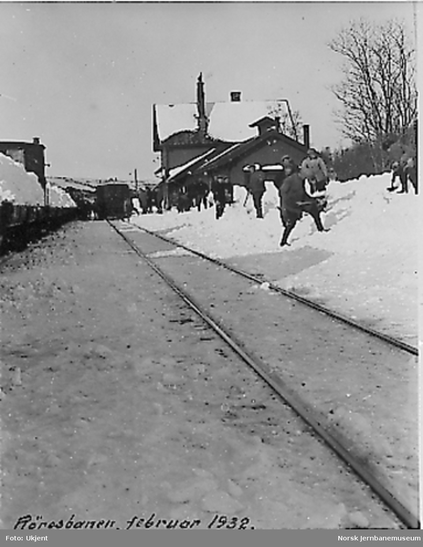 Snømåkere på Glåmos stasjon. Utenfor stasjonsbygningen en motorvogn av type 1