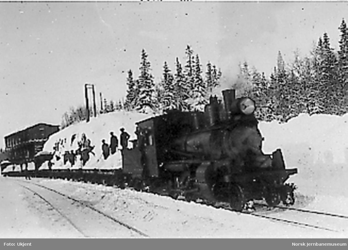 """Damplokomotiv type XXIIIc nr. 44 med """"snøtog"""" på Reitan stasjon"""
