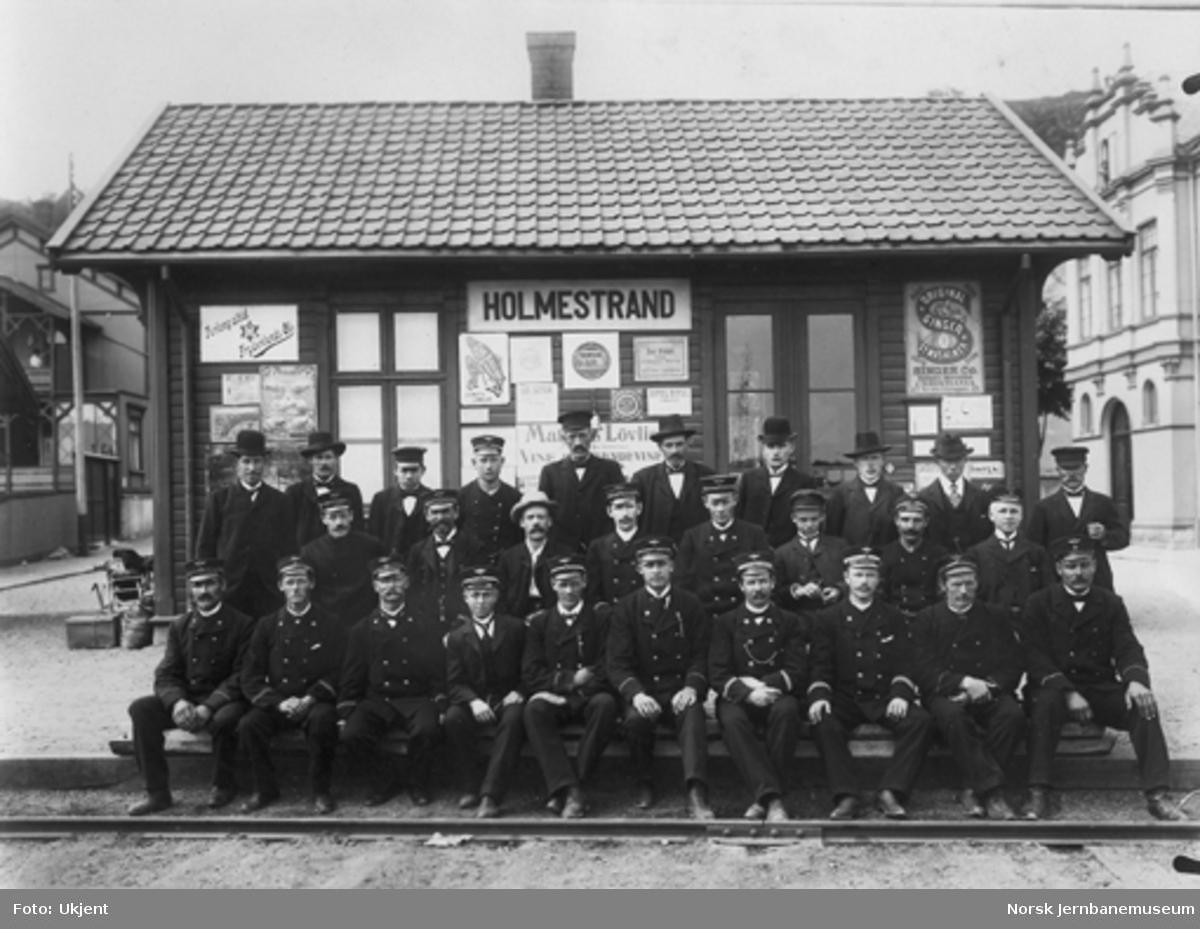 Holmestrand (HVB) stasjon med banens personale og ledelse på plattformen