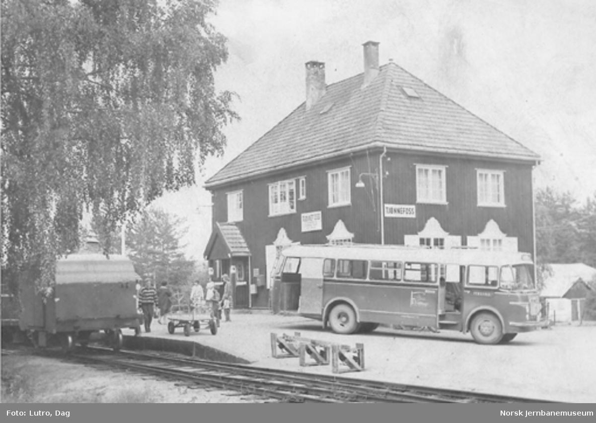 Tjønnefoss stasjon med bakre del av motorvogntoget og rutebussen til Fyresdal