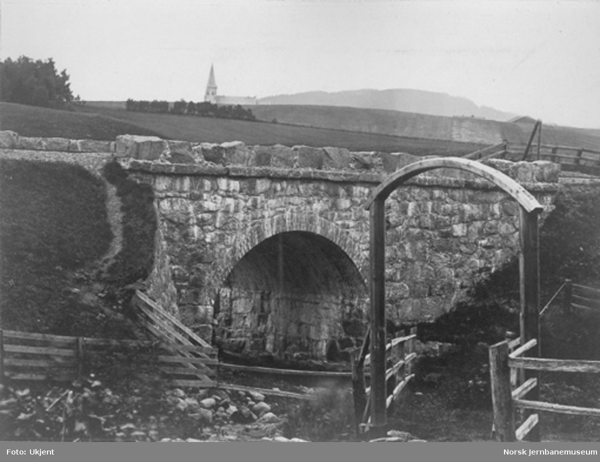 Tveten bro over Loelva nord for Bryn stasjon med kirke i bakgrunnen