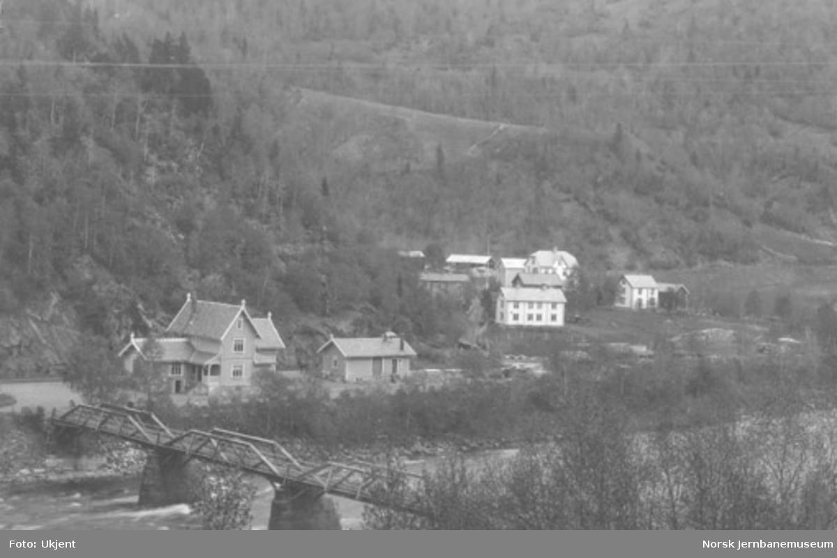 Oversiktsbilde fra Rognes med brua og stasjonen sett fra nordvest