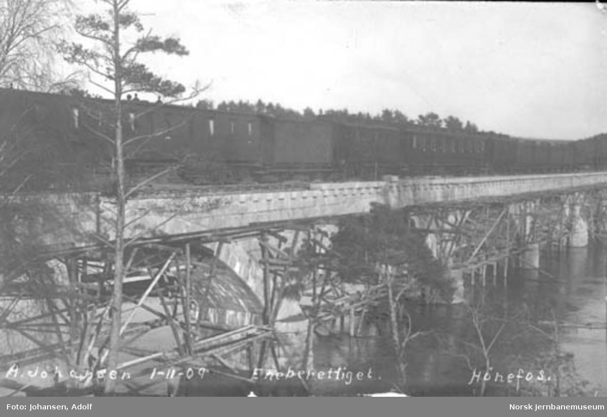 Bru over Begna ved Hønefoss med passerende tog