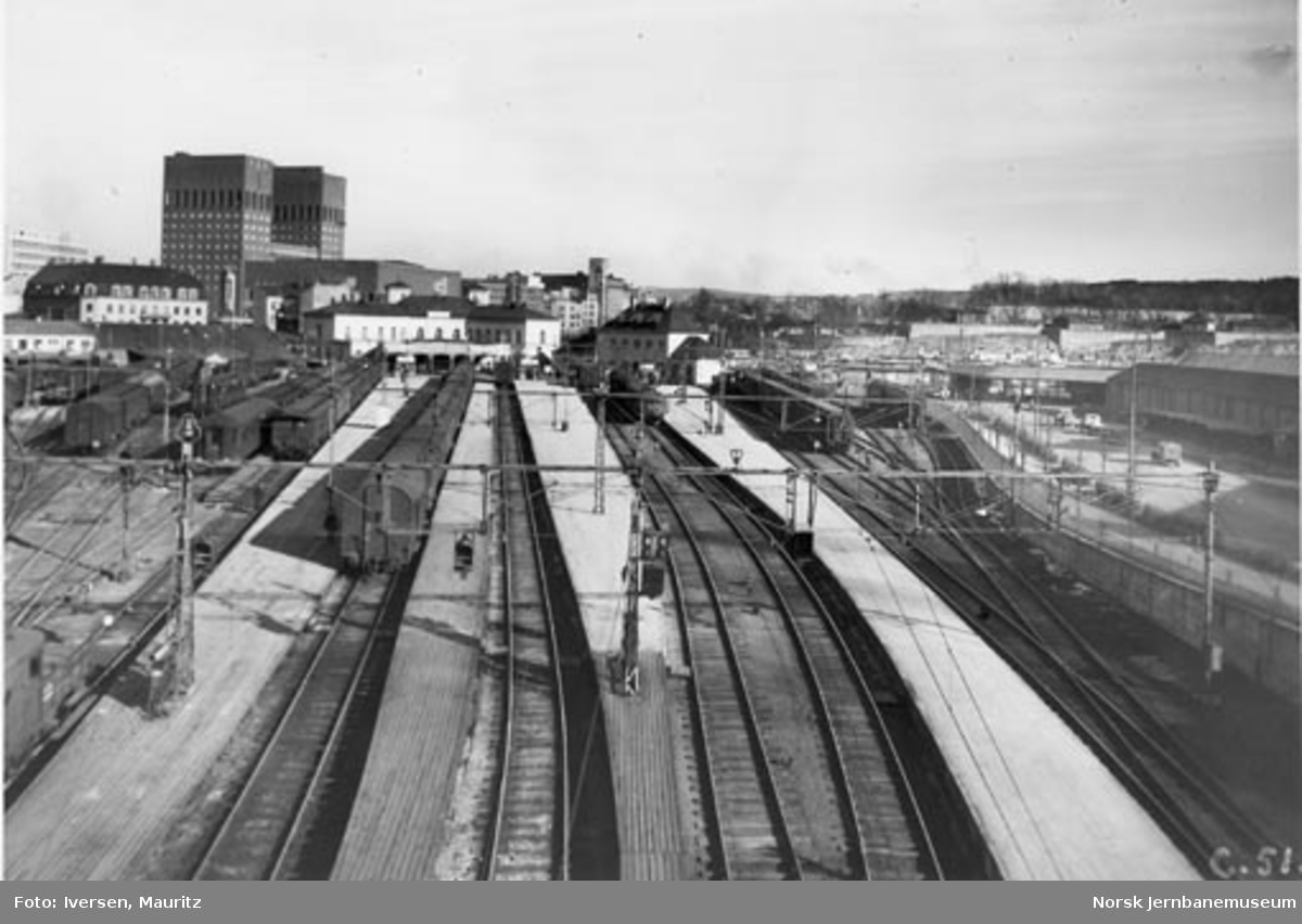 Oversiktsbilde over Oslo Vestbanestasjon; fra brua over Munkedamsveien