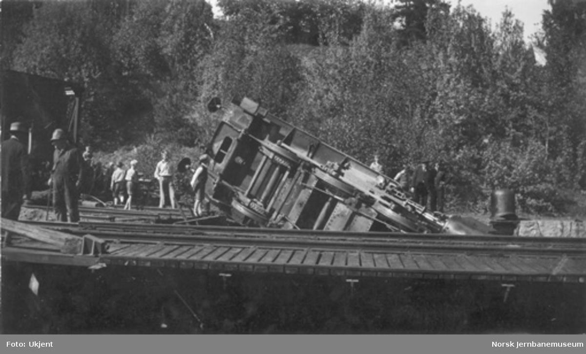 Veltet damplokomotiv (type 23b nr. 443) i svingskivegraven på Notodden stasjon
