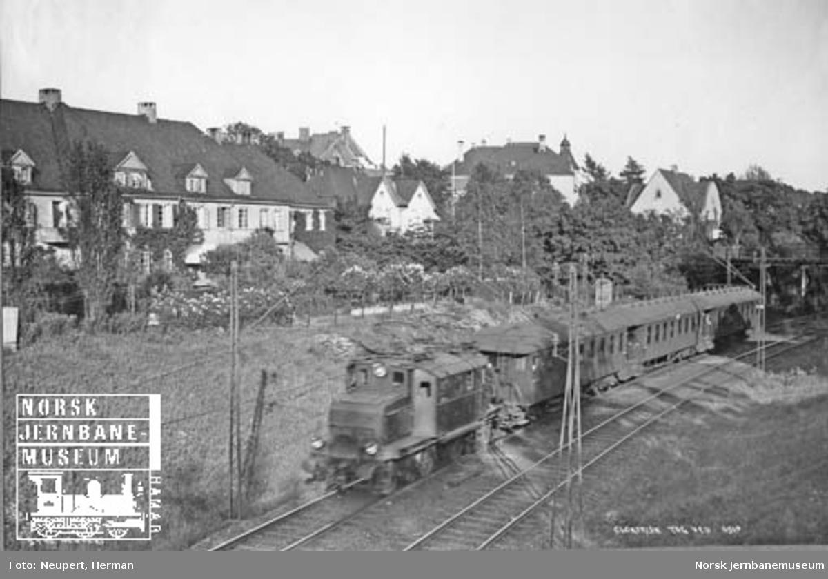 Elektrisk lokomotiv type El 1 med lokaltog på Drammenbanen ved Skarpsno