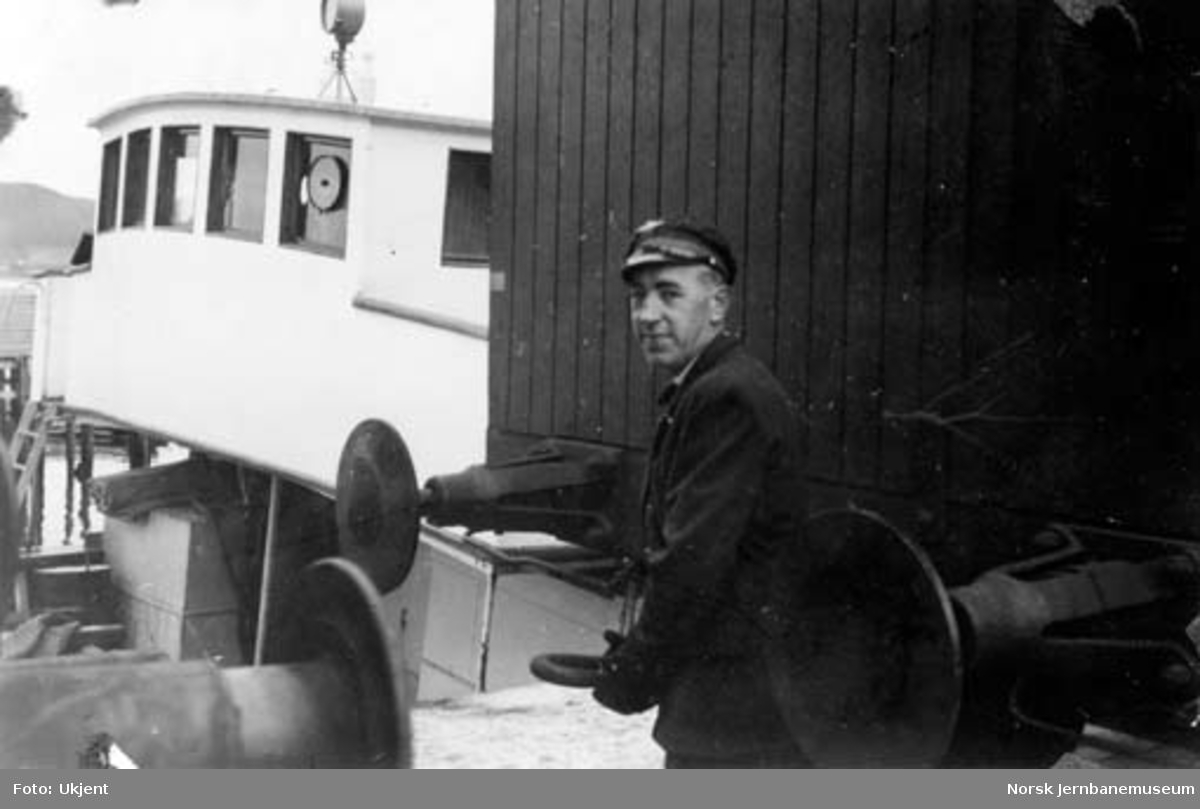 Namsos stasjon : skiftekonduktør Arne Hovelsen kobler vogner