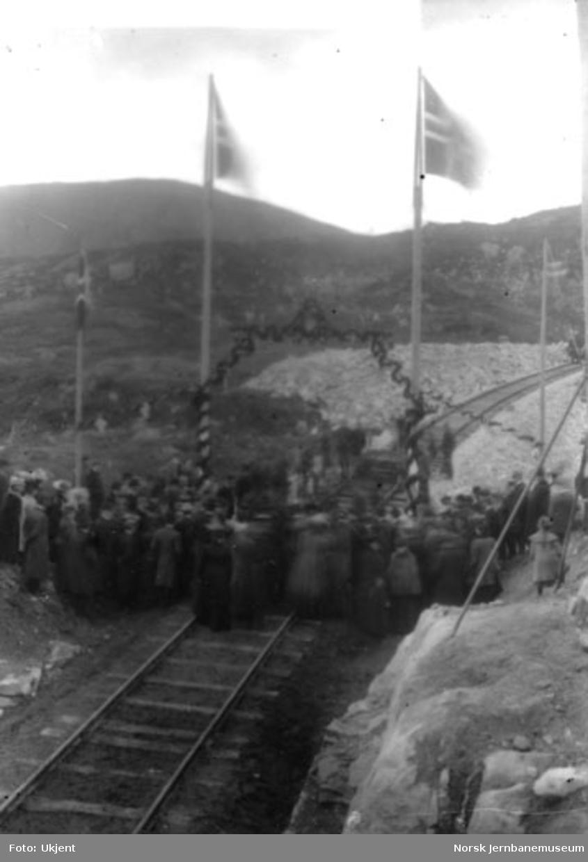 Høytideligheten ved skinnesammenføyningen ved Ustaoset : toget vestfra ankommer