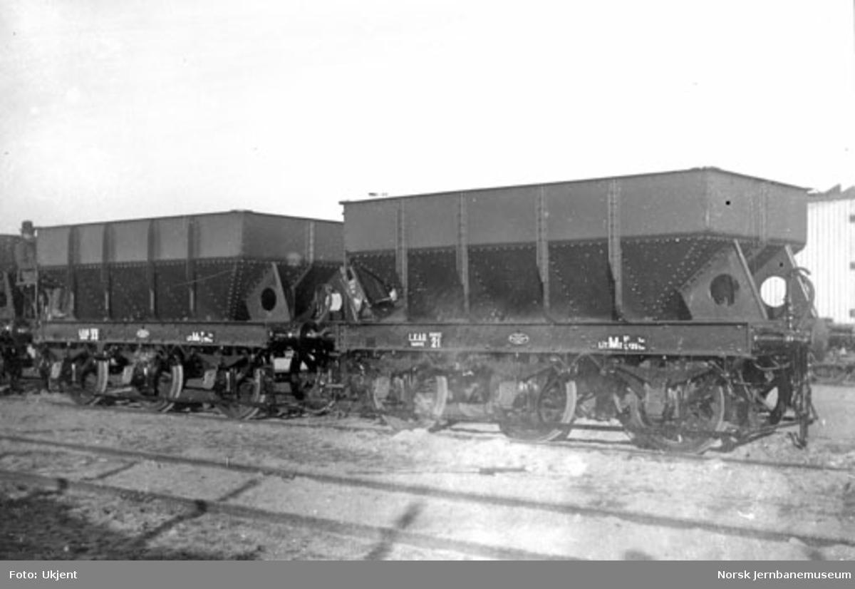 LKABs malmvogn litra M2 nr. 21 og 33 på Skabo Jernbanevognfabrik