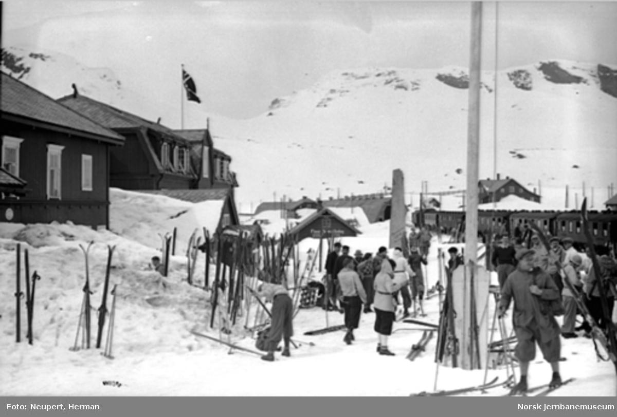 Skiturister ankommer til Finse stasjon
