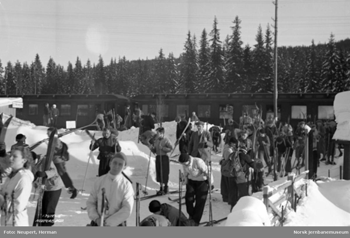 Skiturister på Stryken, persontog i bakgrunnen