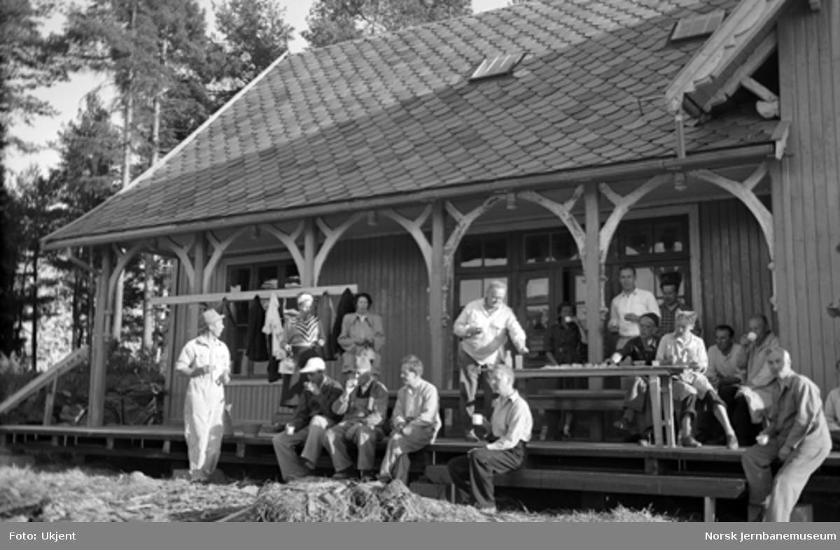 Nytt museum Martodden : kontorpersonalet fra Hamar distrikt har dugnad på Kløften stasjon