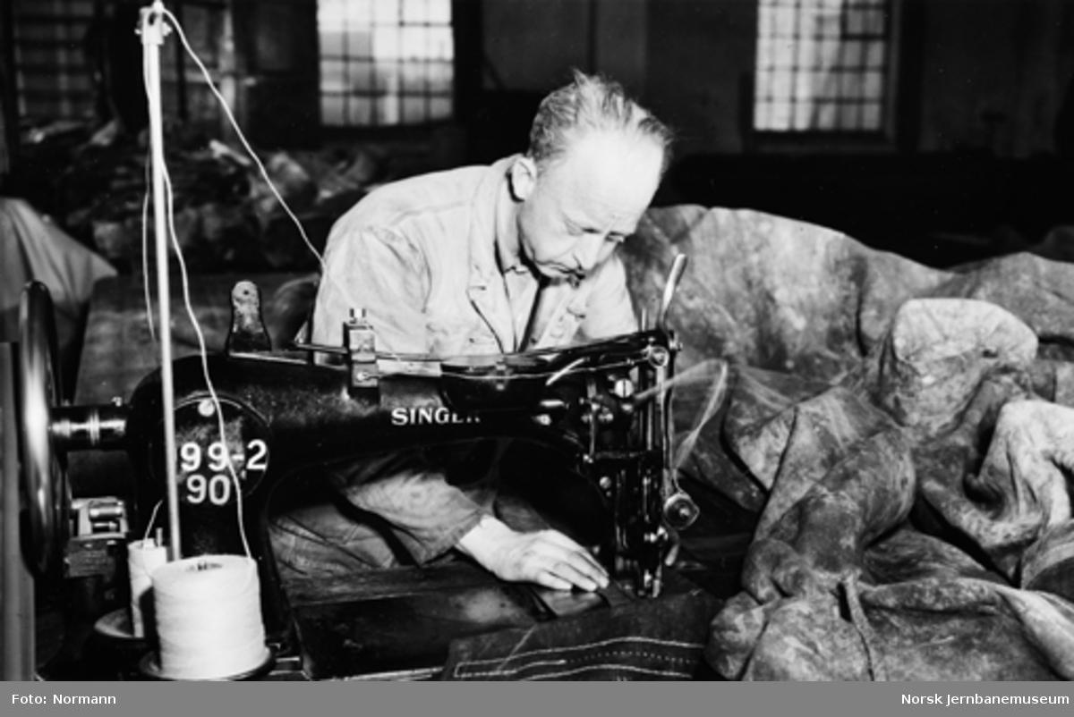 NSBs presenningsverksted på Hamar : Sverre Stenberg ved symaskinen