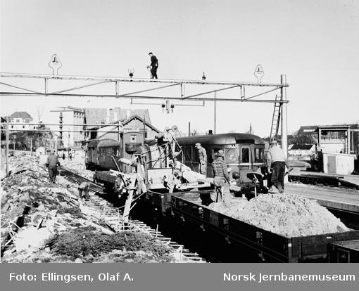 Jærbanens elektrifisering : montering av kontaktledningsanlegget på Stavanger stasjon med motorvogntog i spor 1