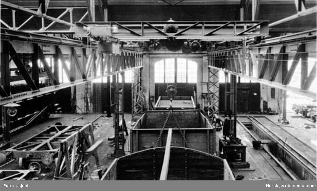 Verkstedet Sundland : 6 tonns kran i revisjonsavdelingen i vognverkstedet