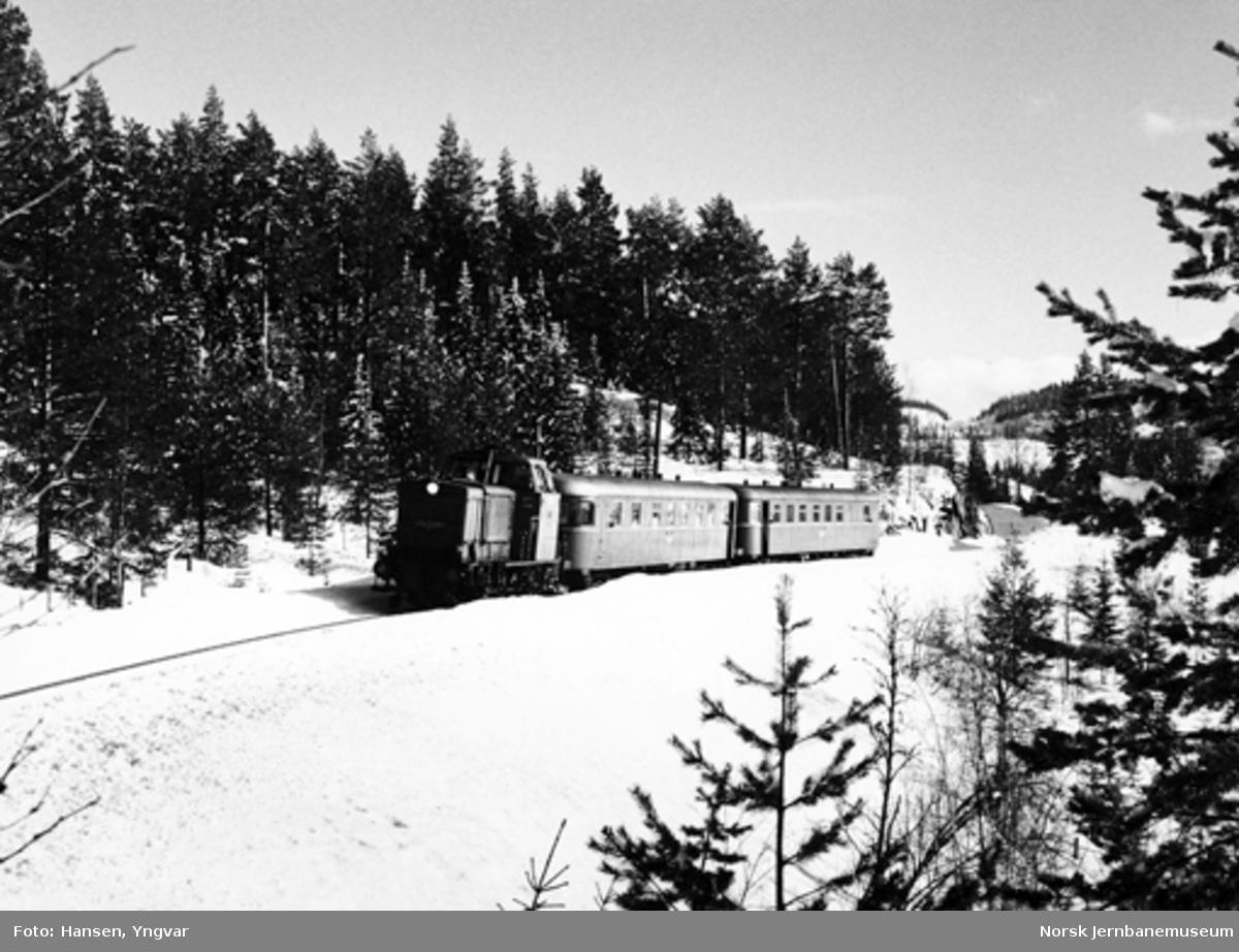 Diesellokomotiv type Di 2 med søndagstoget fra Fagernes ved Tonsåsen