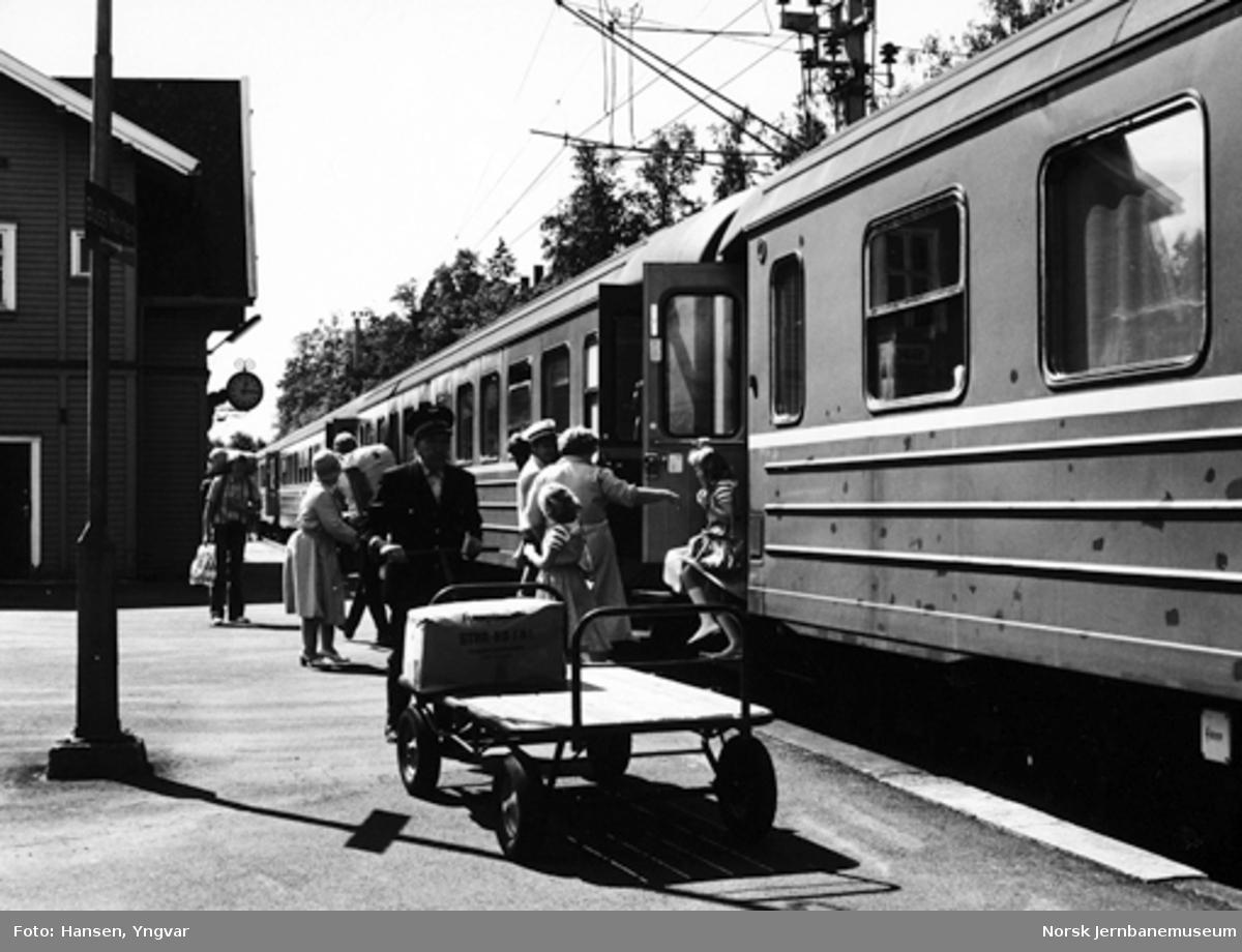 Intercity-tog fra Skien på Skoppum stasjon