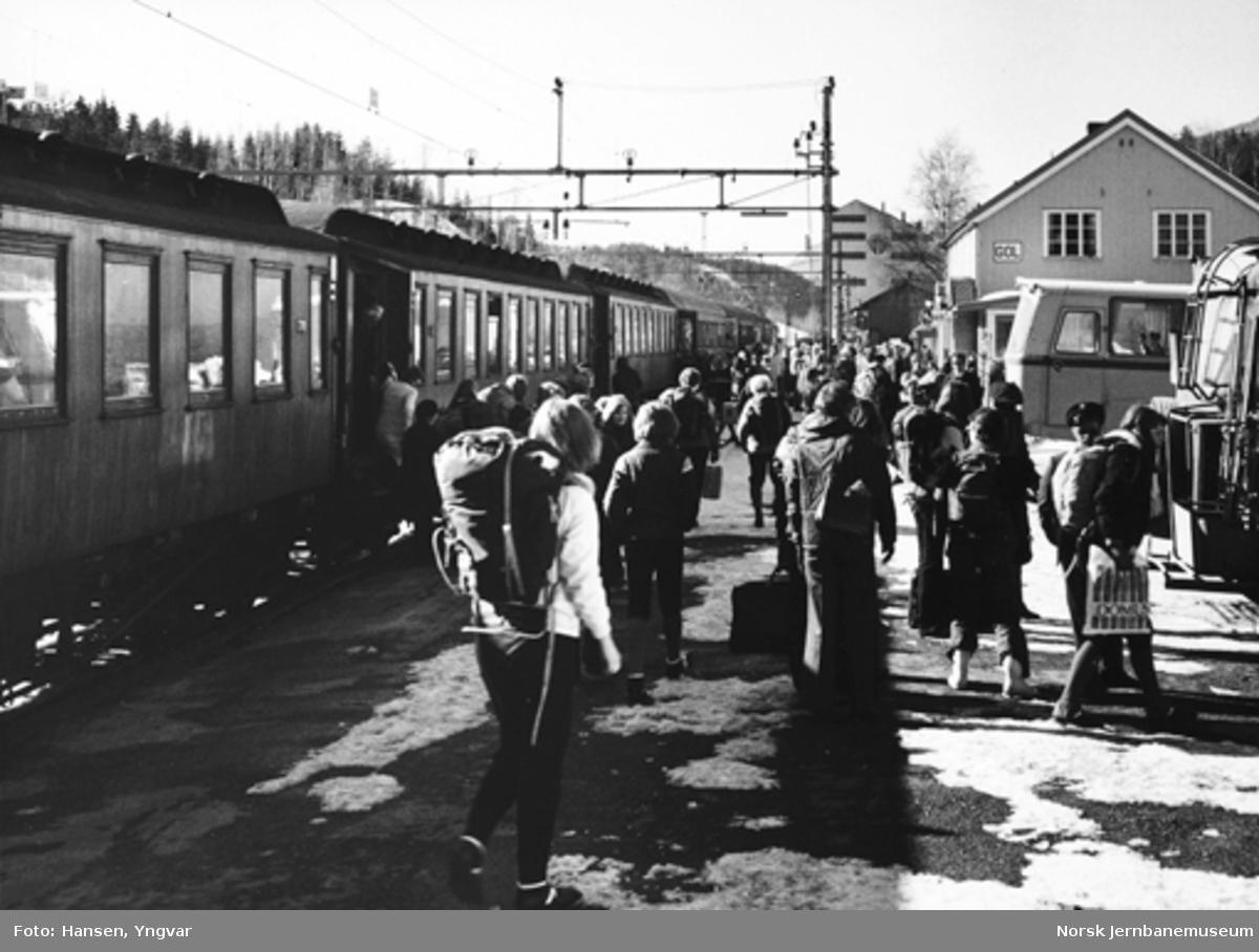 Ekstra påsketog 7601 på Gol stasjon