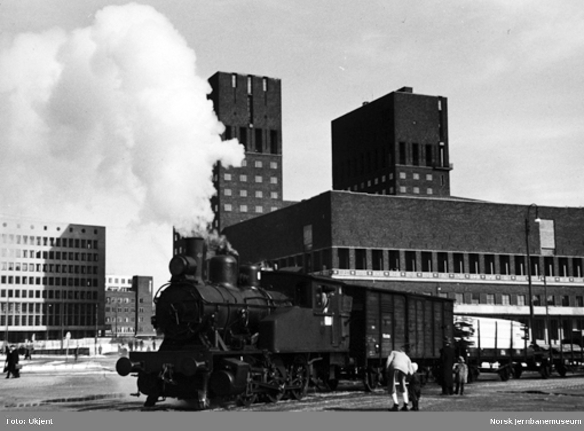 Havnebanens kipptog på Rådhusplassen, trukket av damplokomotiv type 23b nr. 443