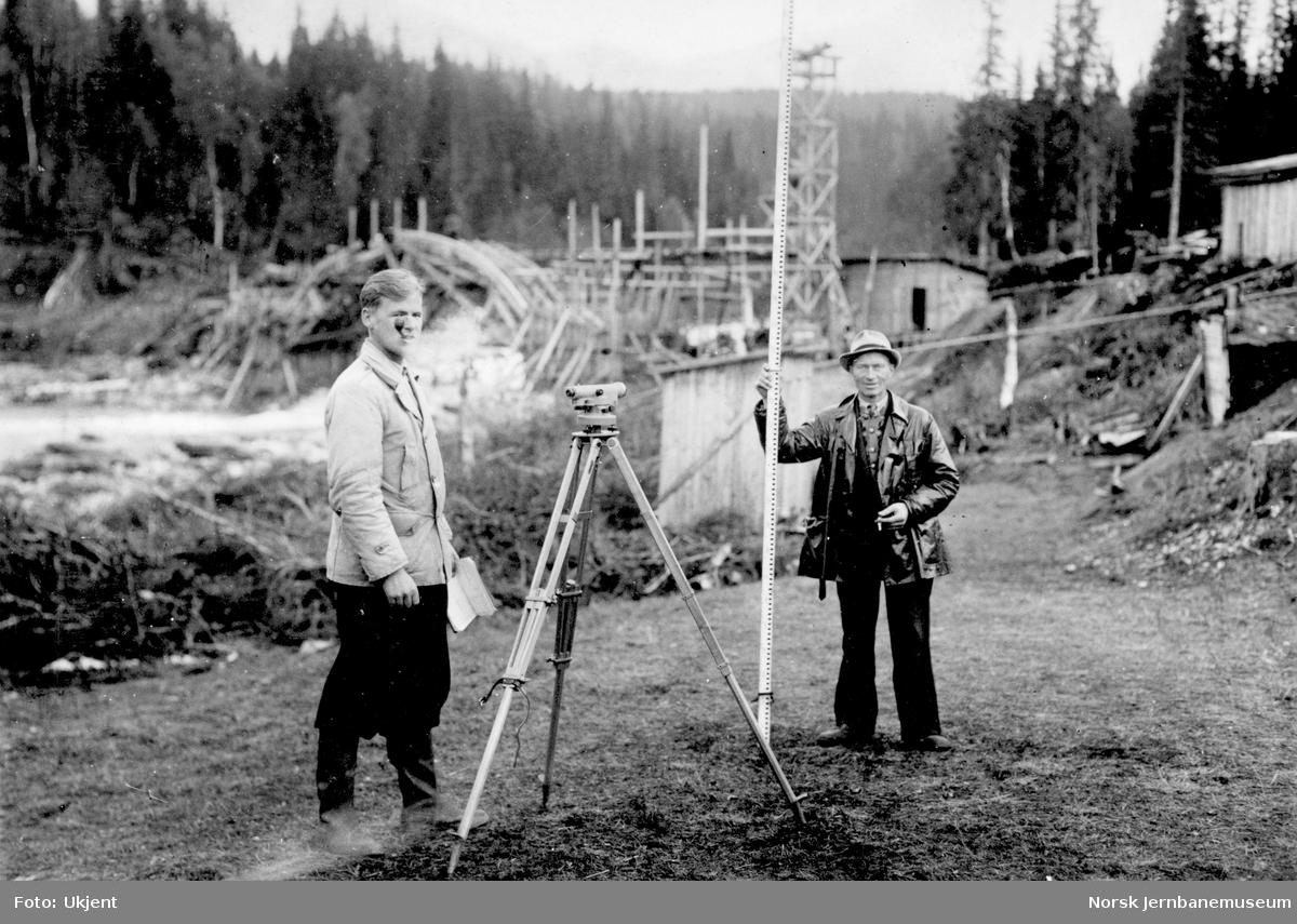 Bygging av Grønfjellåga bru : formann Alderin og ukjent