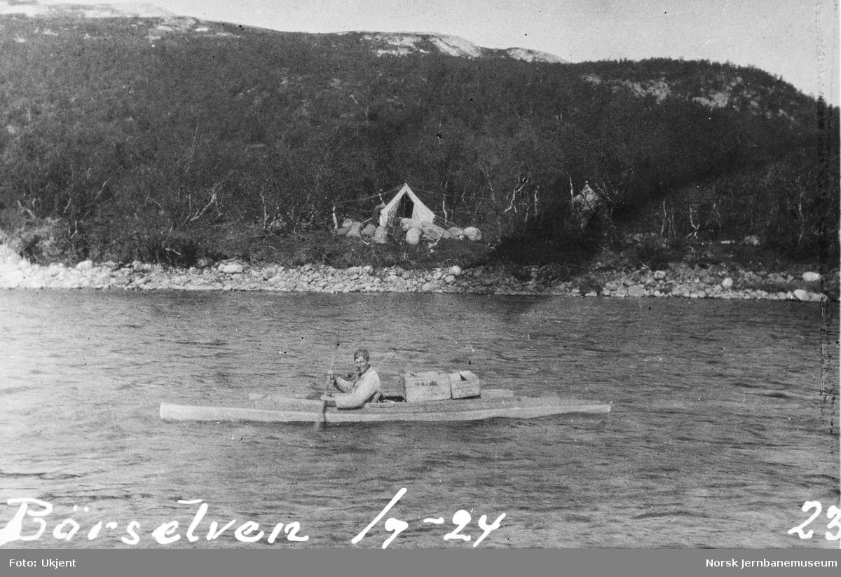 Jernbanestikking i Finnmark : kajakk på Børselv med leiren i bakgrunnen